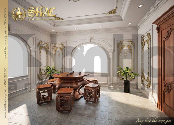 Sân thượng của ngôi biệt thự được thiết kế rộng rãi với bộ bàn ghế nhỏ là nơi thư giã của gia chủ